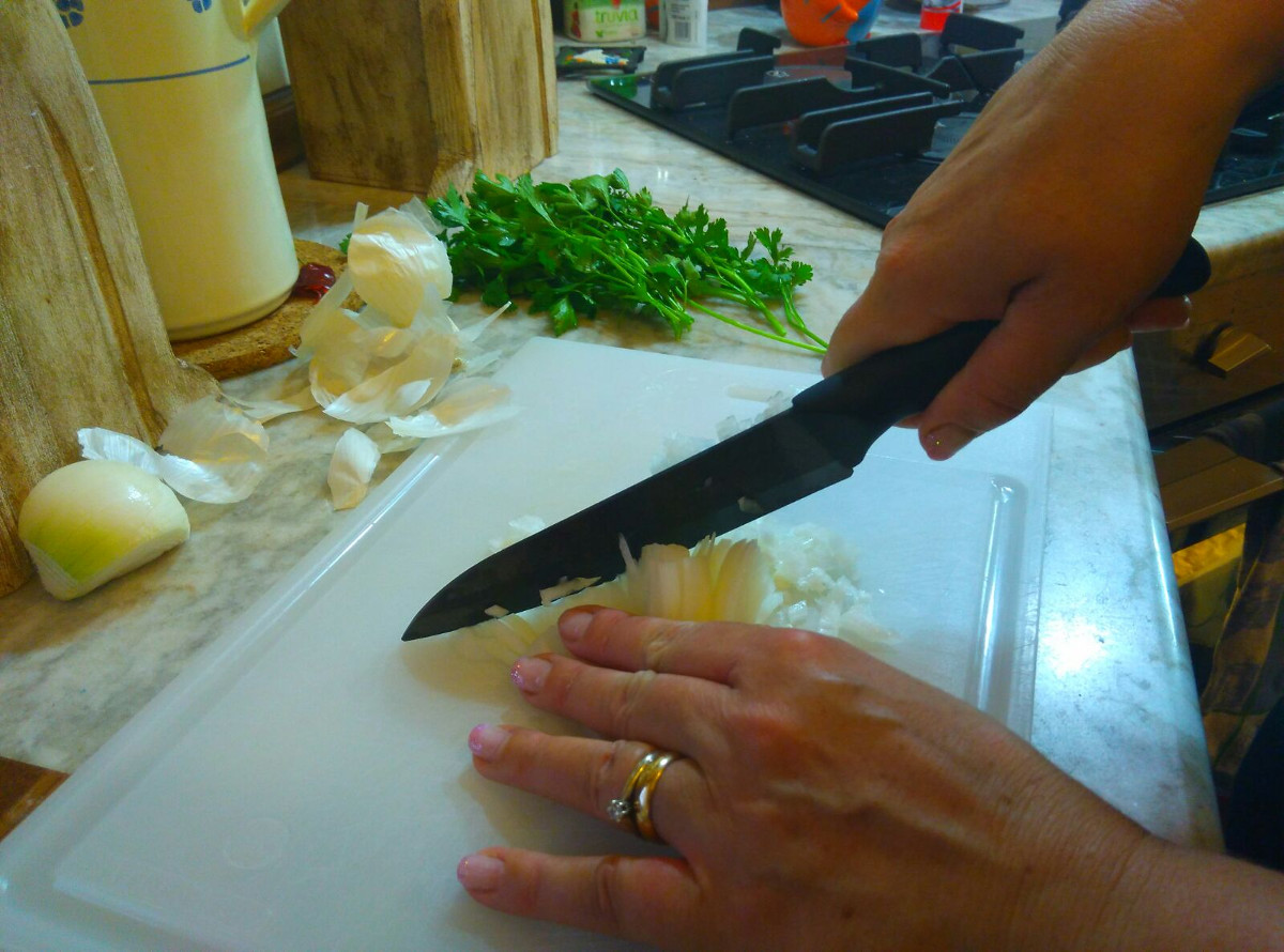 bella-onion-chopping-ceramic-knives-ucookitalia-cookinvenice