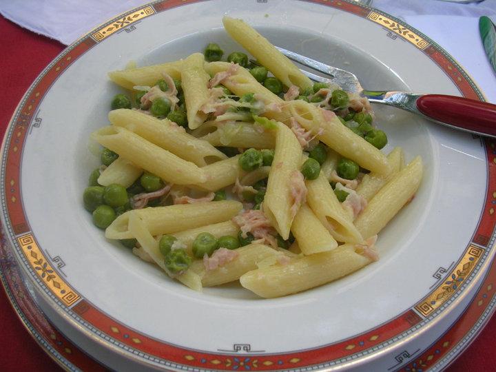 Pasta penne with prosciutto e piselli
