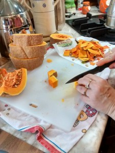 Slicing pumpking with U-Cook ceramic knives
